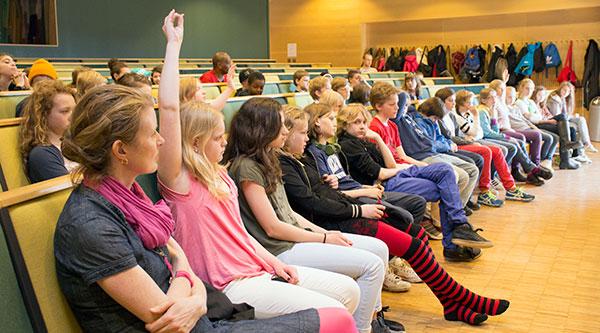 HANDUPPRÄCKNING. Vetgiriga skolbarn samlades i hörsal Arvid Carlsson under Vetenskapsfestivalens skolprogram.
