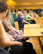 Skolklasser intog hörsal Arvid Carlsson.