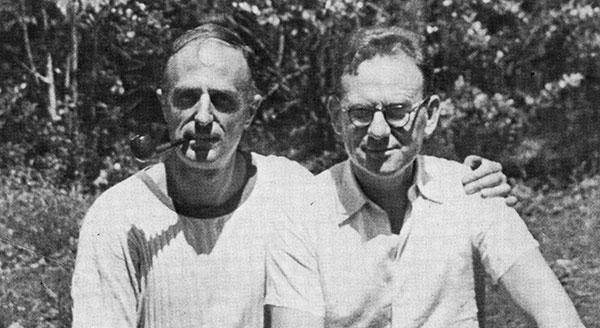Jörgen Lehmann (höger) med Frederick Bernheim i dennes trädgård i Durham, North Carolina, 1949.