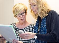 Marie Walther, som arbetar med läkarprogrammet och kursansvarig SIMiPL och Camilla Eide, kursansvarig SIMiPL inom sjuksköterskeprogrammet, diskuterar upplägget för eftermiddagens simulering.