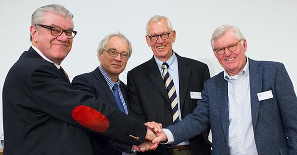 Från höger: Olle Larkö, dekanus Sahlgrenska akademin, Michael Olausson, professor i transplantationskirurgi, Olle Isaksson, ledamot i IngaBritt och Arne Lundbergs Forskningsstiftelse, samt Björn Aschan, ordförande i IngaBritt och Arne Lundbergs Forskningsstiftelse.
