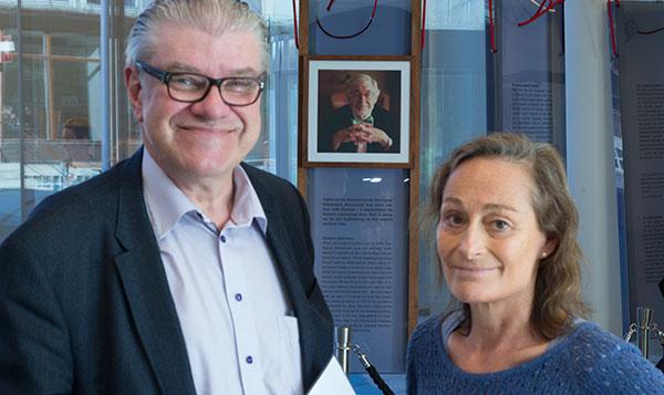 Pristagaren Barbro Linderholm och dekanus Olle Larkö