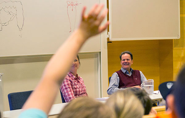 Lisa Nordqvist och Henrik Sjövall var två av de som svarade på skolbarnens frågor. Foto: Elin Lindström Claessen/GU