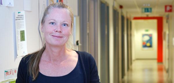 Charlotta Saldert i korridoren på Enheten för logopedi. Foto: Elin Lindström Claessen/GU.