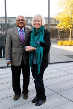 Hedersdoktorn Salim Yusuf och hand värd under installationshögtiden, professor Annika Rosegren.