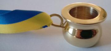 Varje deltagare fick en gyllene potta i ett band med sin nations färger.