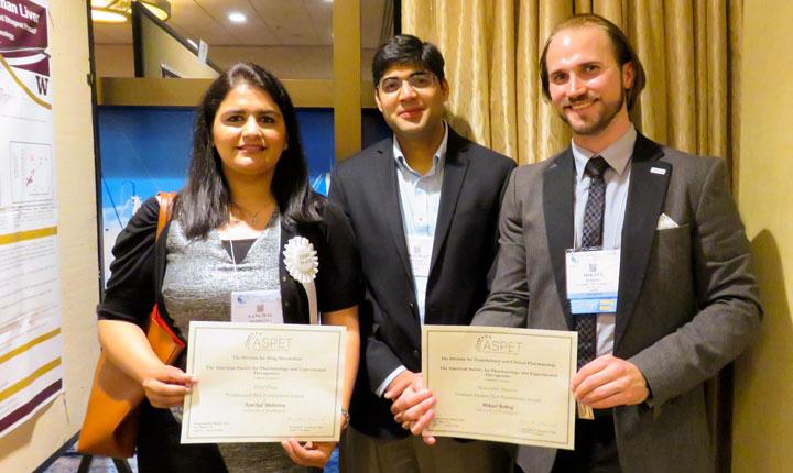 Mikael Boberg till höger, tillsammans med sin handledare Assistant Professor Bhagwat Prasad och postdoktorn Aanchal Mehrotra, i samband med presentationstävlingen under ASPET:s kongress i San Diego.