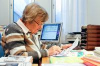 Birgit Thilander under arbete med ett bokkapitel på sitt rum på Odontologen. Bilden är från 2011.
