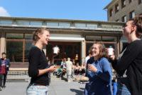 Fikapaus för några av Sahlgrenska akademins studenter i juni 2016.  Foto: Elin Lindström Claessen/GU