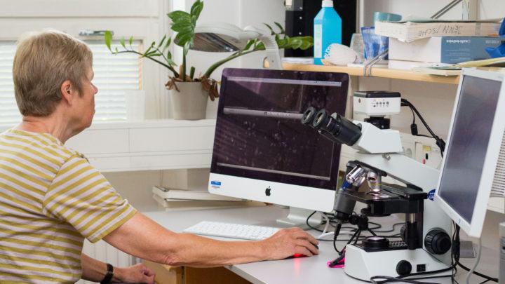 Eva Jennische, vid mikrskopet och datorn där lärarna gör sina inspelningar.