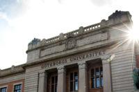 universitetsbyggnaden-med-sol-bred