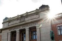 universitetsbyggnaden-med-sol-3x2
