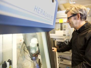 Göran Landberg i sitt lab på Medicinareberget. Foto av Johan Wingborg.