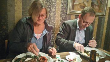 Annika Strandell och Petteri Sjögren försöker lära sig äta med pinnar.