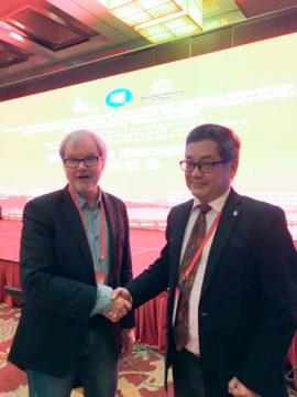 Den nya ordföranden i ASAD, Chris Cheng från Singapore, hälsar Ingmar Skoog välkommen, i samband med att han nyligen valdes in i ASAD vid ett möte i Hangzhou i Kina.