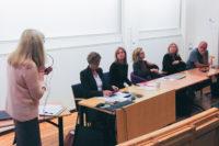 Offentliga samtal och fria (?) ord var temat för en utvecklingsdag för personal vid Institutionen för vårdvetenskap och hälsa den 11 november. Tillsammans med en kunnig och erfaren panel dryftades hälso- och sjukvårdens och universitetets möte med journalistik och omgivande samhälle.  Från vänster:  Ann-Sofie Magnusson, moderator Ingalill Sundhage, chefredaktör för Bohusläningen, TT/ELA med flera tidningar och tidigare arbetat lokalredaktör och nyhetschef vid Borås Tidning Margareta Gustafsson Kubista, sedan denna höst presskommunikatör vid Sahlgrenska akademin och med lång erfarenhet av journalistarbete, senast vid TT  Eva-Maria Svensson, professor i juridik vid GU med ett stort intresse för yttrandefrihet Ingela Lundgren, prefekt för Institutionen för vårdvetenskap och hälsa, professor i vårdvetenskap och barnmorska  Lars-Göran Svenson, reporter på Uppdrag Granskning vid Sveriges Television och har fått såväl Stora journalistpriset som Guldspaden. Foto: Karin Mossberg.