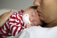 Nyföddas hjärnor gör skillnad på smek och smek