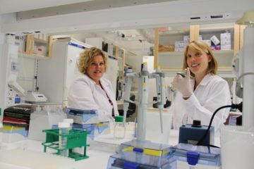 Två medarbetare på Proteomics laboratorium
